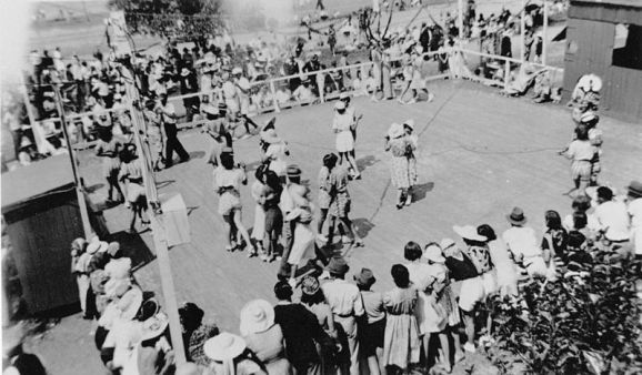 800px-StateLibQld_1_140463_Dancing_on_an_outdoor_dance_floor_at_Shorncliffe,_Boxing_Day,_1939