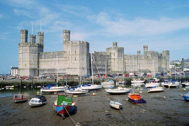 800px-Caernarfon_Castle_1994