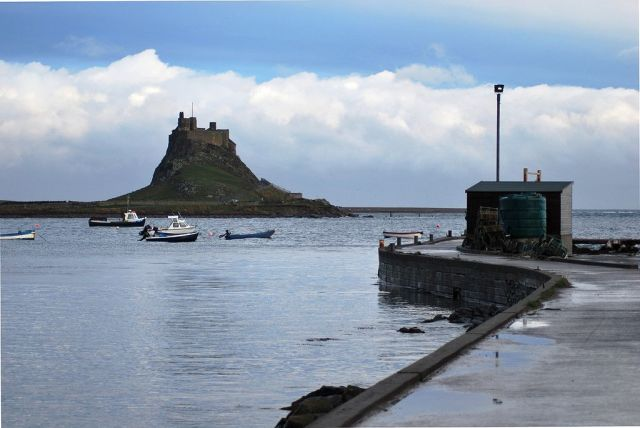 Londisfarne Castle from the harbour on a rainy day. Author: Russ Hamer. Commons