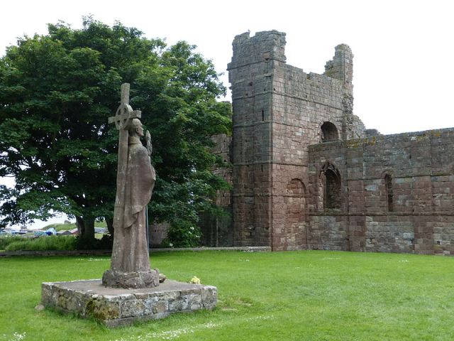 Lindisfarne Priory ruins and statue of St. Aidan. Author: Kim Traynor. Commons