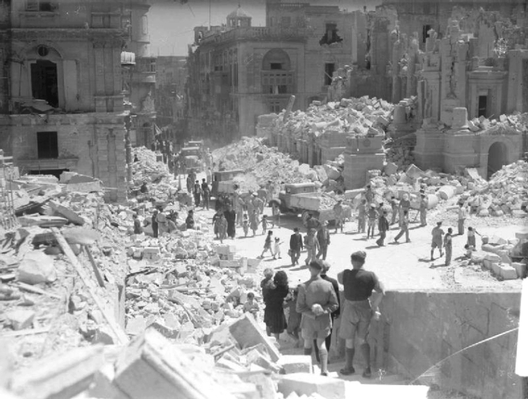 Bomb damaged Kingsway (now Republic Street) during the Siege of Malta in 1942.. Author: Russell J.E. (Lt.) Royal Navy, official photographer. Public Domain.