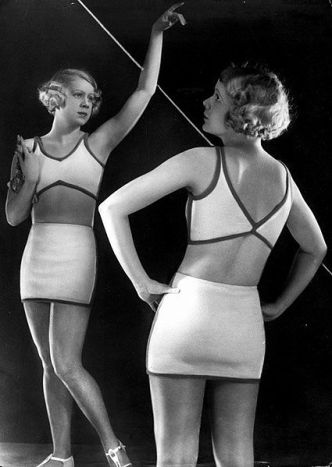 Fashion Photo: Bathing Suit, Modell Schenk. Circa 1930. Author: Yva (1900-1942). Public Domain: Wikimedia Commons