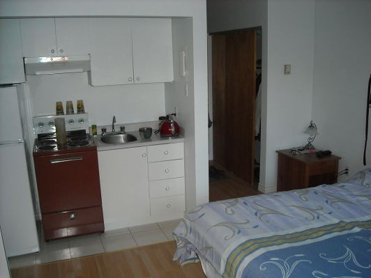 An example of a Canadian cuisinette /kitchenette in a studio apartment in Quebec. Author: Shadiac. Commons