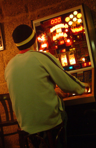 A person playing at a gambling machine. Author: Jose Pereira. Creative Commons