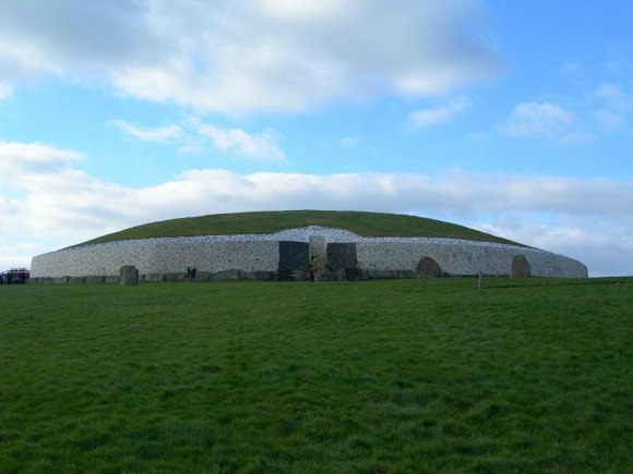 Newgrange prehistoric monument, County Meath, Ireland. Author: Shira. Creative Commons