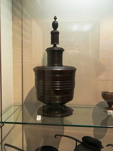 Wassail bowl in Ulster Museum. Made of turned lignum vitae, originally belonging to the Chichester family, Earls of Donegal. Aythor: Bazonks. Creative Commons