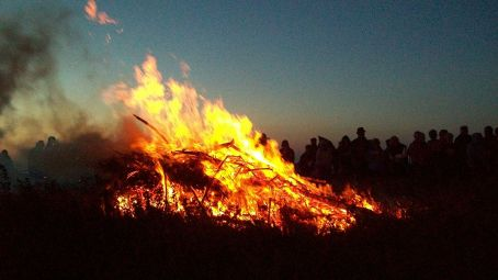 Traditional Cornish hilltop bonfire on Midsummer Eve, 2009. Author: Talskiddy at en.wikipedia. Creative Commons