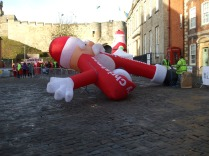 erecting-one-of-the-inflatable-santas-1