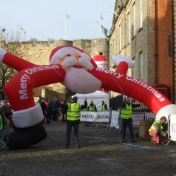 erecting-one-of-the-inflatable-santas-2