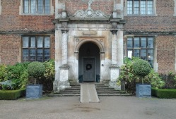 front-entrance-to-doddington-hall