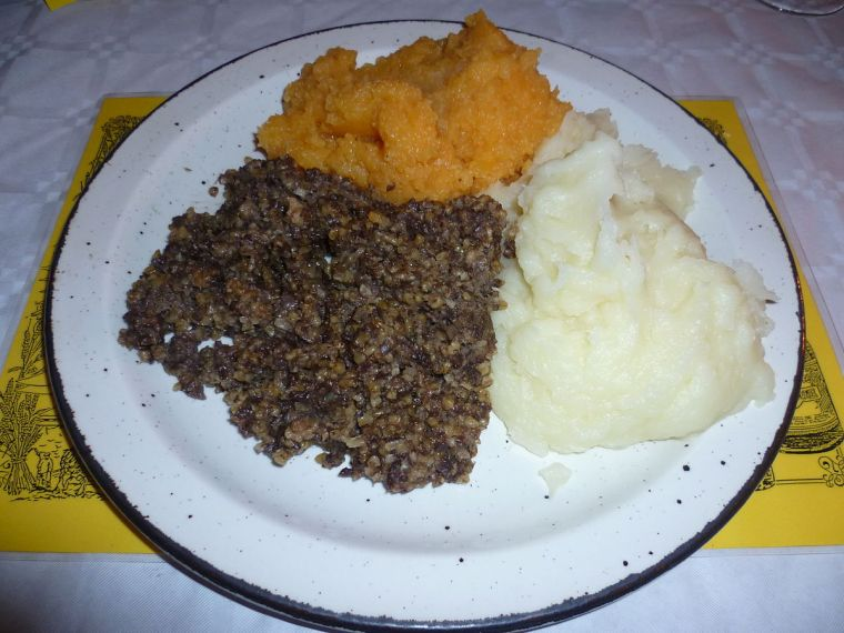 Haggis served with tatties and neeps (turnips) at an Edinburgh Burns Supper in 201. Author: Kim Traynor. Creative Commons