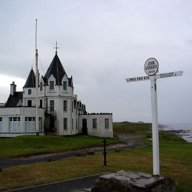 Signpost at John o' Groats showing distance to Land's End and Portland Skerries. Photo: Asterion Creative Commons.