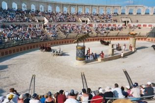 Chariot Races: Theme park of Puy du Fou. Author: Midx1004 at English Wikipedia. Public Domain