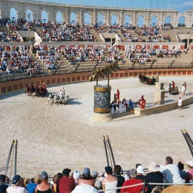 Chariot Races: Theme park of Puy du Fou. Author: Midx1004 at English Wikipedia. Public Domain