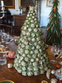 Wlanuts on Christmas tree